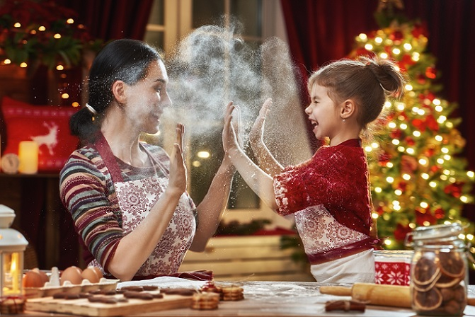 Das Backen gehört selbstverständlich auch Weihnachten 2017 auf die Ideenliste für Aktivitäten mit Kindern. Einfache Rezepte lassen sich schnell nachbacken und liebevoll verzieren. (#01)