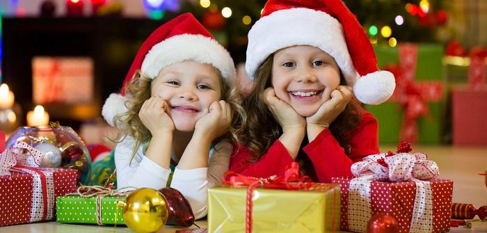 Kinder freuen sich auf Weihnachten