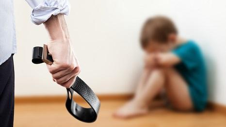 Selbst in der heutigen Zeit gibt es Eltern, die ihre Kinder mit Schlägen auf den nackten Po strafen. (#02)