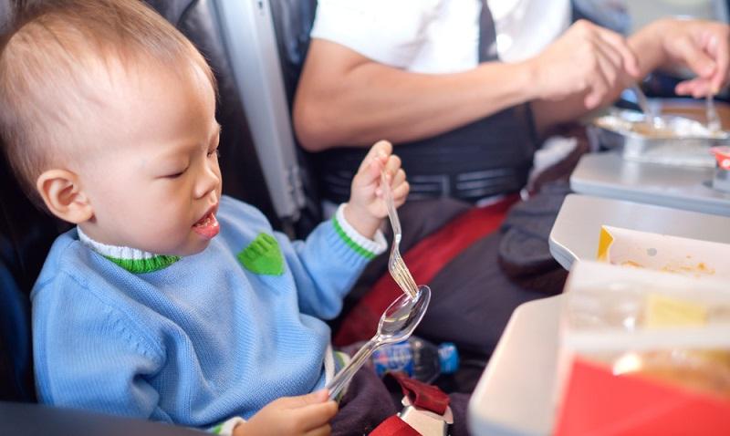 Etwas größere Kinder können meist schon die Nahrung essen die man an Bord bekommt. ( Foto: Shutterstock-_Yaoinlove)