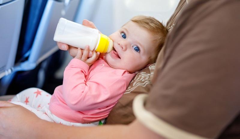 Deutsche Airlines handhaben die Frage zur Babynahrung im Flugzeug ähnlich: Eltern können die Lieblingsnahrung ihres Babys mit an Bord bringen, doch es ist theoretisch auch möglich, Brei im Flugzeug zu bekommen. ( Foto: Shutterstock-Romrodphoto)