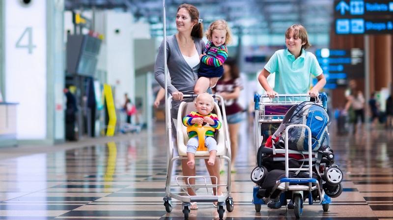 Nicht nur die Frage nach der Babynahrung stellt sich, wenn es mit dem Flugzeug in den Urlaub gehen soll. Auch weitere praktische Fragen stellen sich Eltern, die das erste Mal mit ihrem Nachwuchs auf die große Reise gehen.  ( Foto: Shutterstock-FamVeld)