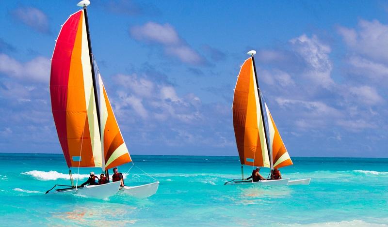 Der Badeurlaub lässt sich hier mit Surf-, Segel- und Tauchkursen ergänzen. So kommen die erfahrenen Wassersportler und auch die experimentierfreudigen Anfänger voll auf ihre Kosten. (#06)