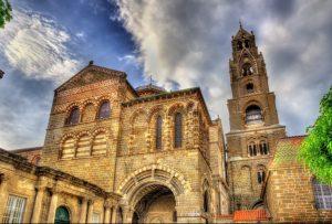 Eine der berühmten Kirchen in der Auvergne ist die Cathedrale Notre-Dame in Le-Puy-en-Velay. (#3)