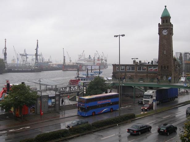 Zu den beliebten Touristenattraktionen in der Hansestadt gehören die Reeperbahn und die Landungsbrücken, die Hafencity und die verschiedenen Bereiche um Elbe und Alster herum. (#01)