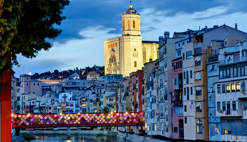 Rund 50 km südlich von Figueres liegt eine der historisch und architektonisch bedeutendsten Städte, welche die katalonische Küste zu bieten hat, Girona.