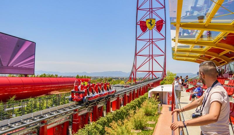 Die katalonische Küste bietet mit dem Ferrari Land eine weitere Attraktion.