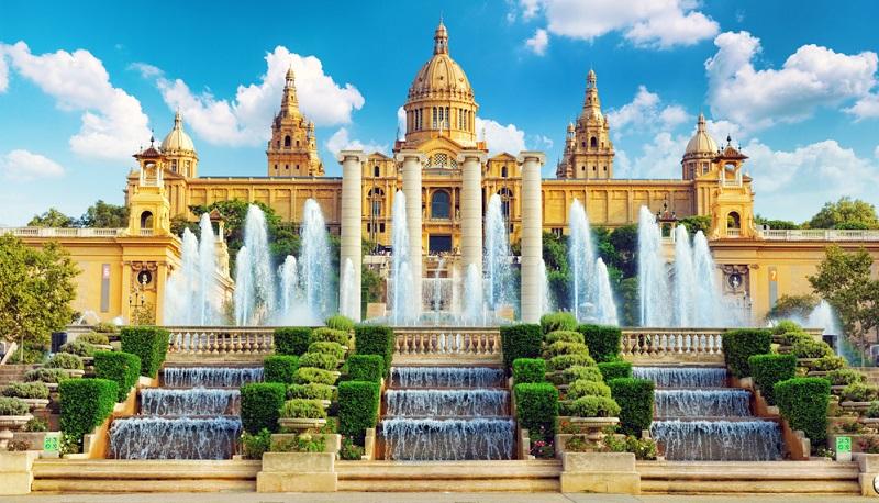 Sie ist die Königin Kataloniens, die rund 100 km südlich von Girona gelegene Traumstadt Barcelona.