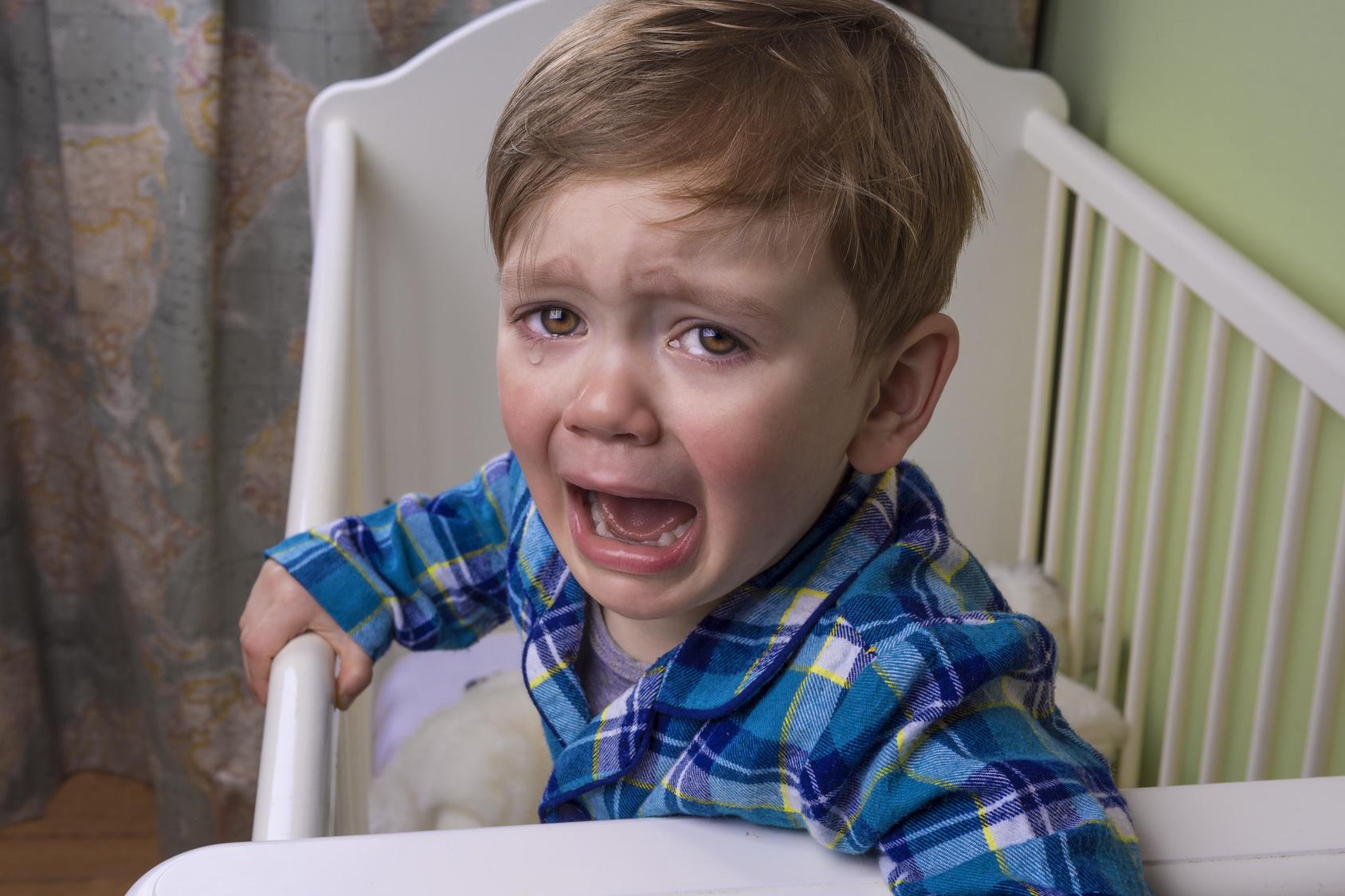 Wer nicht müde ist, kann auch nicht schlafen. Kinder haben unterschiedliche Schlafbedürfnisse. Wenn Eltern darauf eingehen, klappt es mit einer ruhigen Nacht meist eher. (#02)