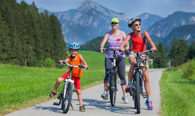 Österreich ist zwar das Land, das sich für Bergwanderer anbietet. Doch die vielen klaren Badeseen sind für Familien mit Kindern bestens geeignet, um schöne Sommerferien verbringen zu können. (#05)Österreich ist zwar das Land, das sich für Bergwanderer anbietet. Doch die vielen klaren Badeseen sind für Familien mit Kindern bestens geeignet, um schöne Sommerferien verbringen zu können. (#05)