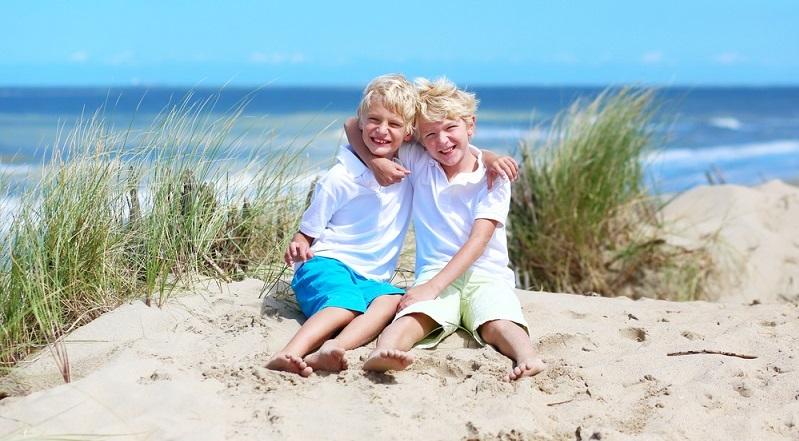 Auch die Ostsee bietet sich für den Sommerurlaub mit der Familie an. Die Strände von der Pommerschen Bucht bis zur Flensburger Förde sind zu empfehlen, denn dort gibt es schöne Strandbäder, Freizeitparks, Fahrradwege und Reiterhöfe. (#04)