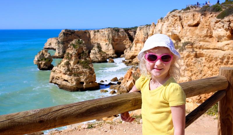 """In Portugal ist vor allem die Algarve das beliebte Urlaubsziel. An dieser Küste befinden sich viele Touristenorte sowie Ausflugsziele wie der """"Parque Zoológico de Lagos"""" oder der ozeanografische Park """"Zoomarine""""."""
