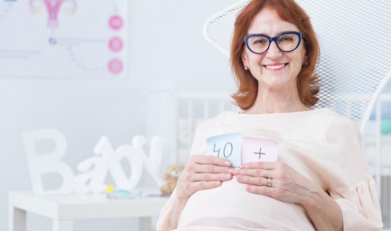 Neben der später Schwangerschaft ist auch die Geburt bei Frauen Ende 30 oder Anfang 40 risikoreicher. Es kann häufiger zu Komplikationen kommen, als bei Frauen, die bereits Ende 20 ihre erste Geburt erleben.
