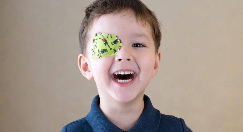 Die Augenokklusion ist für das Kind schmerzfrei und ungefährlich, kann aber trotzdem etwas unangenehm sein. (#01)