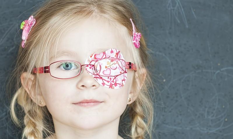 Die Pflaster, die bei der Okklusionstherapie eingesetzt werden, sind lichtundurchlässig. Damit schließen sie aus, dass das abgeklebte Auge Lichtreize empfängt. (#02)