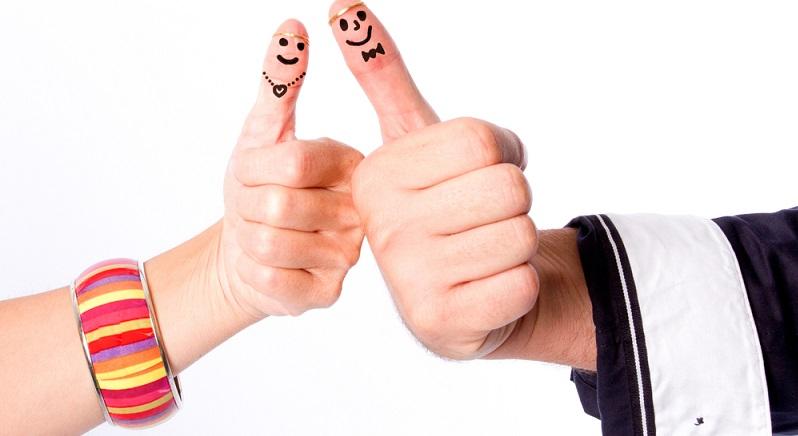 Ohne Socken gibt es ein Fingertheater: Einfach kleine Gesichter auf die Fingerspitzen malen, einen Charakter dazu ausdenken und losspielen. (#03)