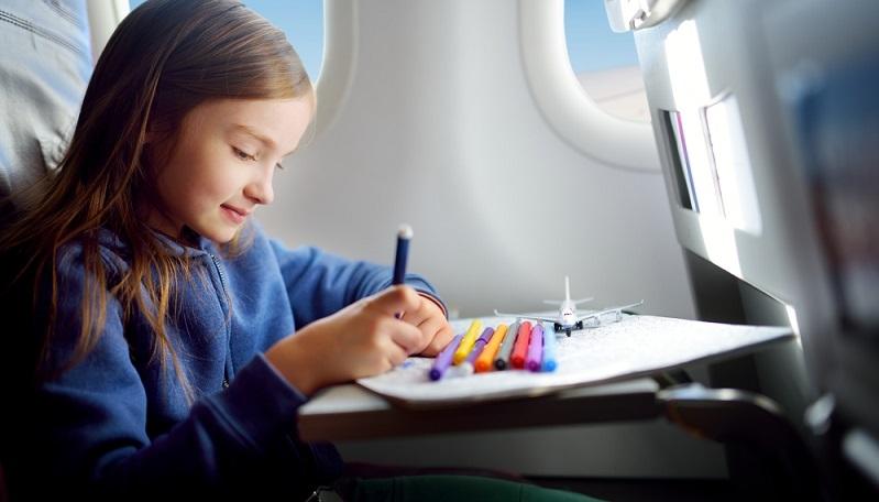 Wenn die Eltern die Reiseplanung optimistisch angehen und gut durchdenken, schürt das die Vorfreude in der ganzen Familie. Doch man sollte sich bewusst machen, dass die Stunden im Auto, im Zug oder im Flieger für das Kind eine gewisse Stresssituation bedeuten. (#02)