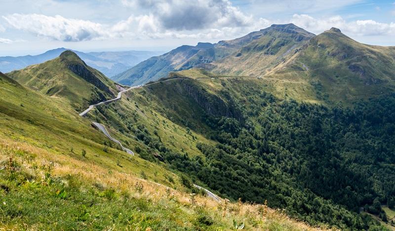 Für wen im Urlaub vor allem Entspannung, Wellness und die Entdeckung von etwas Neuem im Vordergrund stehen, der ist in den Naturparks Auvergne genau richtig. Die ursprüngliche Vulkanlandschaft und die zahlreichen Flüsse bieten sich perfekt als Anlaufstelle für Wanderungen, Wildwasserrafting und Reitausflüge an auch den ein oder anderen zauberhaften Regionalpark gibt es hier.(#01)