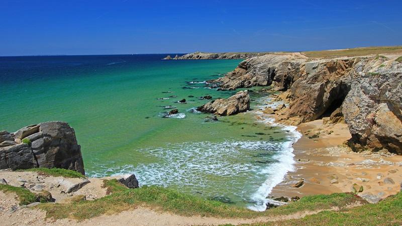 Die Bretagne zählt allgemein gesagt zur größten Küstenregion Frankreichs und ist damit bei Urlaubern besonders beliebt. Ob mit dem Wohnmobil auf dem Campingplatz oder in einer romantischen Ferienwohnung – die Bretagne übt mit seinen 2.730 Küstenkilometern sowie den fast 800 dazugehörigen Inseln einen ganz besonderen Reiz aus. (#02)