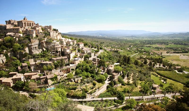 Die Landschaft rund um den über 50 Kilometer lang gestreckten Bergrücken des Luberon gehört zu den eindrucksvollsten in der Provence. Zerklüftete Felsen, wilde Schluchten, karge Gipfel laden hier ebenso zu Wanderungen und Fahrradtouren ein wie eine üppige Naturlandschaft mit Pinienwäldern, Lavendel- und Weinfeldern. (#05)