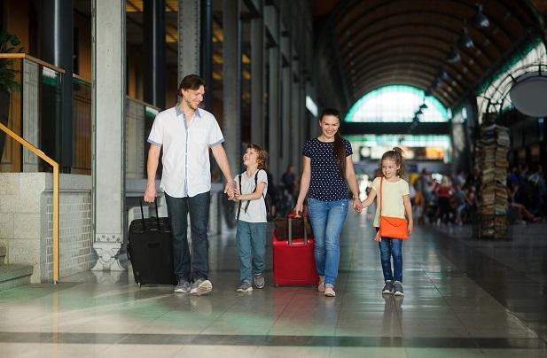 Reisen Kinder zwischen sechs und 14 Jahre alleine mit dem ICE wird vonseiten der Bahn ein Kinderrabatt von 50 Prozent eingeräumt. (#02)