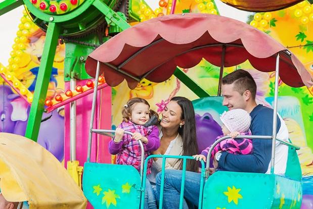 Oftmals bieten Freizeitparks oder Zoos bestimmte Familien- oder Gruppentickets an, mit denen Familien sehr gut fahren. (#03)