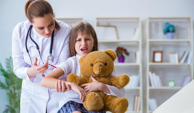 Es ist wichtig, die Impfungen zeitig vornehmen zu lassen, da Kinder in den ersten Tagen nach einer Impfung meist schlapp sind und manchmal sogar mit leichtem Fieber reagieren. (#05)