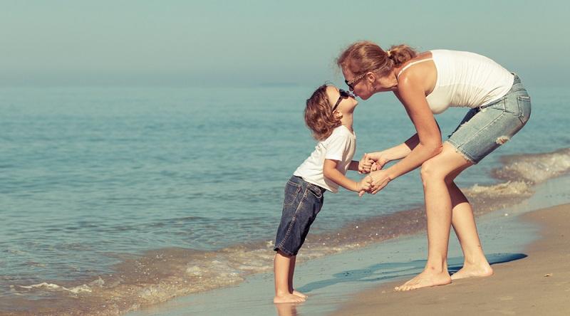 Im Internet findet man mittlerweile eine Vielzahl an Angeboten für Familienreisen mit einem Elternteil. (#02)