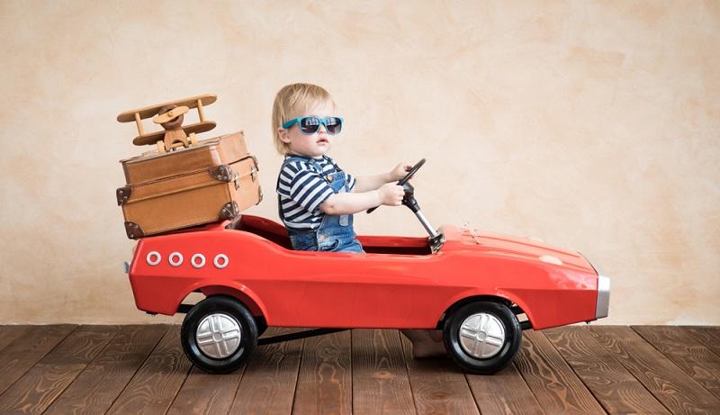 Viele Eltern entscheiden sich, Reisen mit Kleinkind mit dem Auto durchzuführen. Das klingt praktisch und flexibel. Aber auch hier gibt es viel zu beachten.  ( Foto: Shutterstock-Viele Eltern entscheiden sich, Reisen mit Kleinkind mit dem Auto durchzuführen. Das klingt praktisch und flexibel. Aber auch hier gibt es viel zu beachten.  ( Foto: Shutterstock-  Sunny studio )