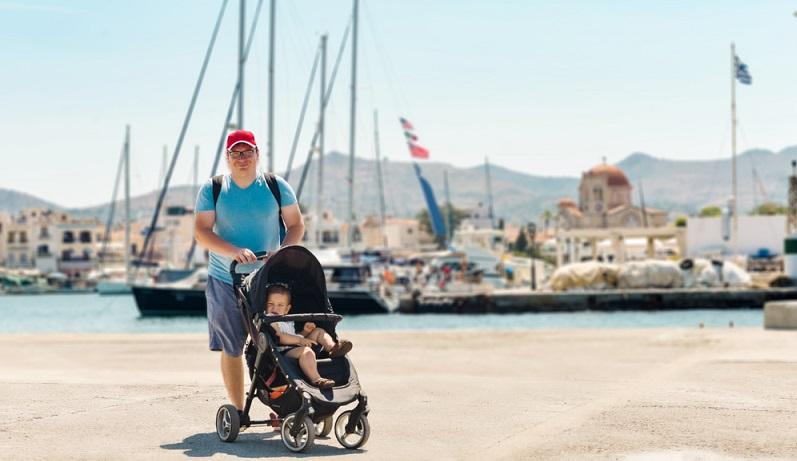 Eine der Regeln ist es, sich Gedanken darüber zu machen, ob ein Kinderwagen benötigt wird oder nicht. Dies hängt vom Alter des Kindes ab, aber auch davon, wie häufig bisher der Kinderwagen in Anspruch genommen wurde. ( Foto: Shutterstock-Troyan)