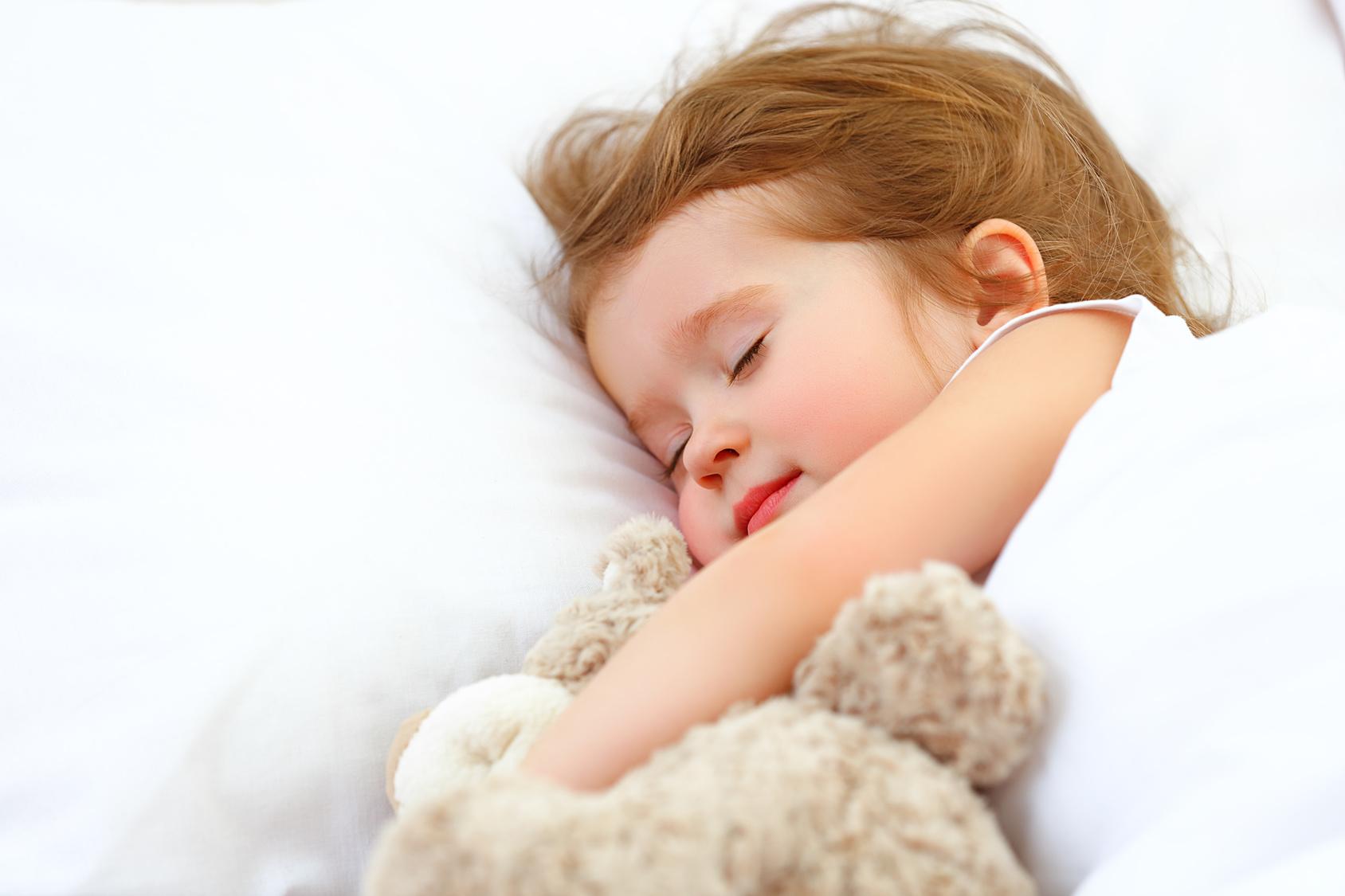 Eine ruhige Umgebung - und viel Bewegung für Geist und Körper am Tag - helfen, damit Kinder friedlich schlafen. (#01)