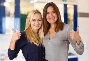 Putzen Sie regelmäßig Zunge und Zähne und beugen Sie damit Erkrankungen im Mundraum vor.