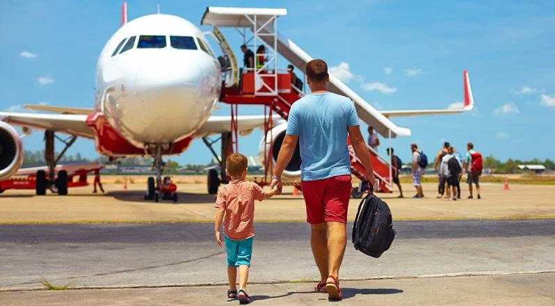 Reisen mit dem Flugzeug belastet die Umwelt stark. Wenn das Fliegen also vermieden werden kann, sollte das auch passieren. (#03)