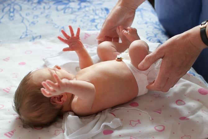 Der Windelbereich eines Babys ist besonderen Reizen ausgesetzt und Bedarf deswegen einer spezielle Pflege. Die Deutsche Haut- und Allergiehilfe (DAH) empfiehlt die Reinigung und Hautpflege des Windelbereichs mehrmals täglich, solange ein Kind Windeln trägt. (#02)