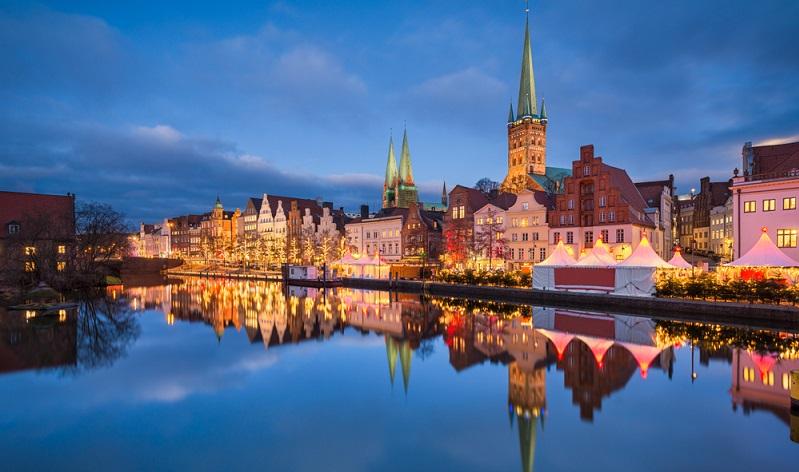 Wer den Timmendorfer Strand besucht sollte unbedingt einen Abstecher in die nur 25 Kilometer entfernt gelegene Hanse- und Marzipanstadt Lübeck machen – eine der schönsten Städte Deutschlands.