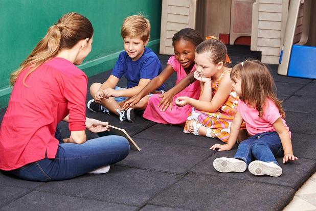 Damit Eltern auch mal Zeit allein verbringen können, bieten viele Hotels Betreuungsmöglichkeiten für die Kinder an.