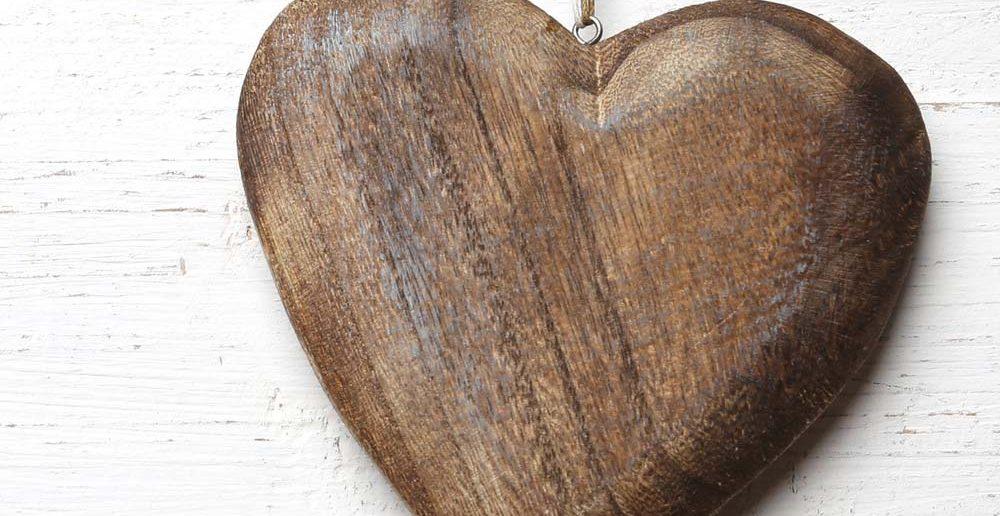 6. Tipp für ein ausgefallenes Taufgeschenk: Holz, der Werkstoff der Natur, steht bei vielen als Sinnbild für Behaglichkeit und Geborgenheit. Ein hölzernes Herz symbolisiert dies und vermittelt gute Wünsche für das ganze Leben.