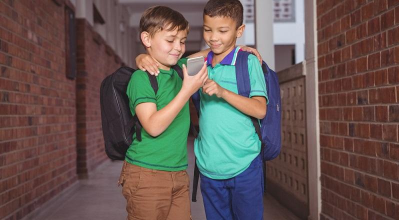Der Kauf eines Smartphones sollte mit dem Kind besprochen werden. Um das Thema kommen die Familien spätestens ab der fünften Klasse nicht mehr herum.  (#02)