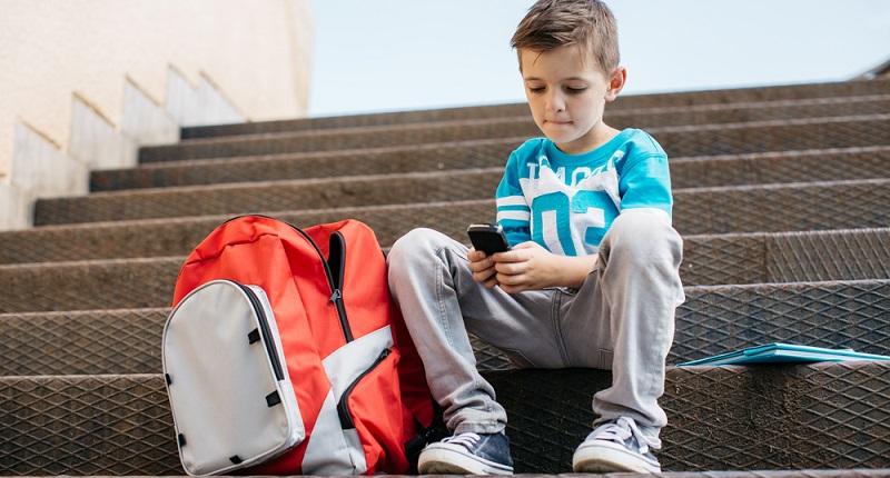 Wenn sich Kinder mit einem Smartphone beschäftigen, fällt auf, wie schnell sie mit den typischen Funktionen zurechtkommen.  (#01)