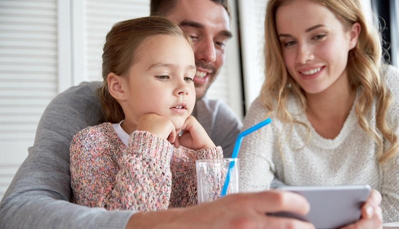 Wenn die Eltern oft das Smartphone in der Hand haben, dann machen es ihnen die Kinder nach. (#03)
