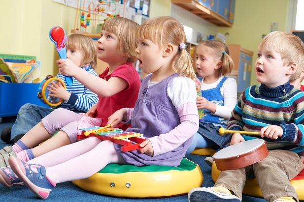 Kinder, die in der Kita oder im Hort mit ihren Altersgenossen spielen, entdecken bereits die Welt der sozialen Kontakte und entwickeln erste Freundschaften und Aversionen.(#01)