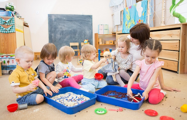 Wer keine Spielsachen zur Hand hat, wenig finanzielle Möglichkeiten nutzen kann oder einfach improvisieren muss, der kann auch mit haushaltsüblichen Dingen ein tolles Spieleparadies für die Kleinen kreieren.(#03)