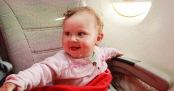 Babynahrung im Flugzeug? Alles, was Du für die Zwerge im Flieger brauchst! (Foto: shutterstock - NadyaEugene)