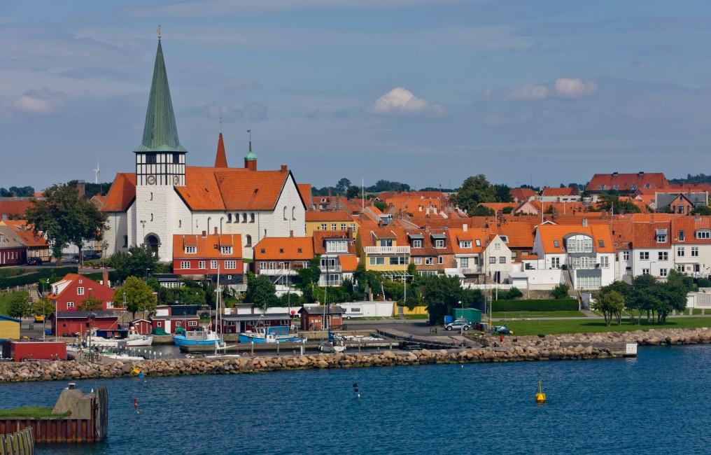 Wehmütig werden sich Kinder und Eltern an den Aufenthalt in Bornholm mit Strand, Hygge und Co. erinnern. Da kann so ein Urlaub in Dänemark doch ganz schön lange vorhalten. (Foto: shutterstock - Altrendo Images)
