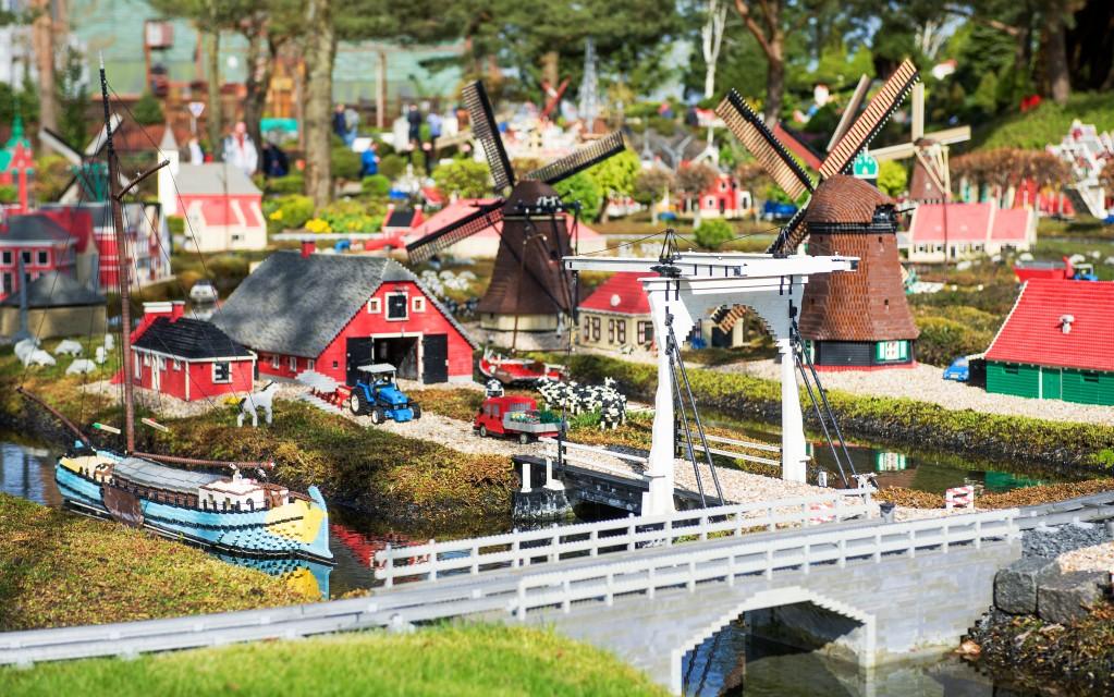 Die eigene Welt im Kinderzimmer mit den Legobausteinen ist für Kinder wie für Erwachsene schon faszinierend. Ein Besuch im Legoland Billund im Rahmen des Dänemark-Urlaubs, bei dem man die Welt der kleinen Steine hautnah und in Übergröße erleben kann, wird das jedoch noch toppen. (Foto: shutterstock - Lena Ivanova)