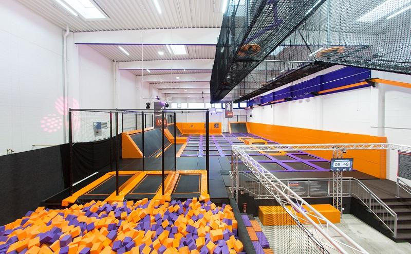 Und auch beim Jump House (3800 m²) in Köln spielt das Schlechtwetter keine Rolle. (#02)